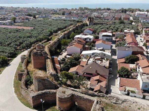 Bursa'nın İznik ilçesinde, 2 bin 500 yıllık surların içinde kendiliğinden yetişen iki karpuz, herkesin ilgisini çekiyor. Surlardaki karpuzları kimse k