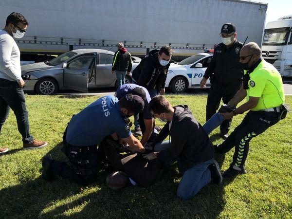 Radara giren sürücü dur ihtarına uymadı, polis aracına vurup kendini araca kilitledi