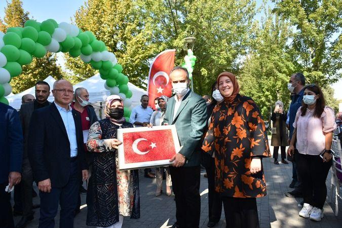 Bursa'da ücretsiz olarak gerçekleştirilen sanat ve meslek eğitimleri ile 'Halk Üniversitesi' konumuna gelen BUSMEK, 15'inci yılına özel olarak 'sanata
