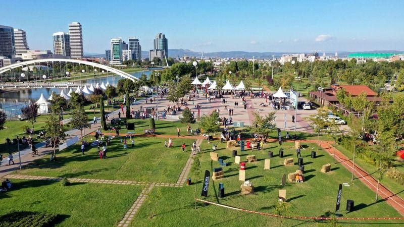 Bursa Büyükşehir Belediyesi tarafından düzenlenen Sokak Oyunları Şenliği'nde renkli görüntüler ortaya çıktı. Belediye öncülüğünde düzenlenen şenlikte