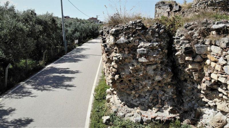 Bursa'daki 2500 yıllık surlar ortadan ayrılarak yıkılma tehlikesiyle karşı karşıya kaldı. Roma döneminde inşa edilen Bursa'nın İznik ilçesinde bulunan