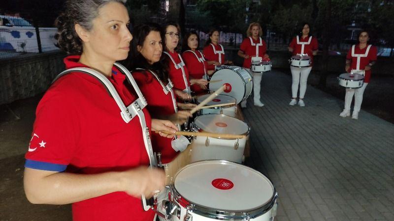 Bursa'nın Nilüfer ilçesinde, mahalledeki kadınlar bir araya gelip gönüllü bando kurdu. Nilüfer Belediyesi bando korosundaki kadınlara kültür merkezind