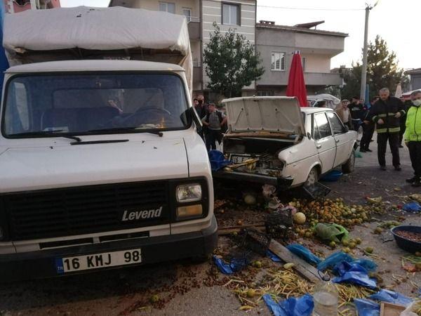 Bursa'nın İnegöl ilçesinde meydana gelen kazada pazarda geri manevra yapan otomobil tezgahı yıktı. İnegöl'de yaşanan olayda 4 kişi yaralandı.
