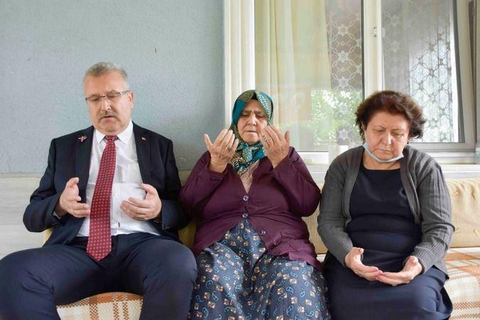 Bursa'nın Karacabey Belediye Başkanı Ali Özkan, Azerbaycan heyeti eşliğinde şehit düşen Uzman Jandarma Çavuş Cemil Turan'ın ailesini ziyaret etti.