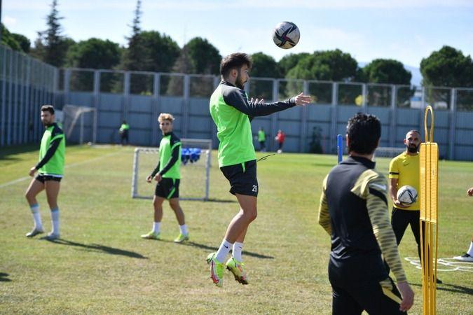 Bursaspor, bugünün ilk antrenmanını tamamladı. Yaptıkları antrenmanda çift kale maç yapıldı. Yeşil-beyazlı takımda futbolcuların hırslı olduğu gözlerd