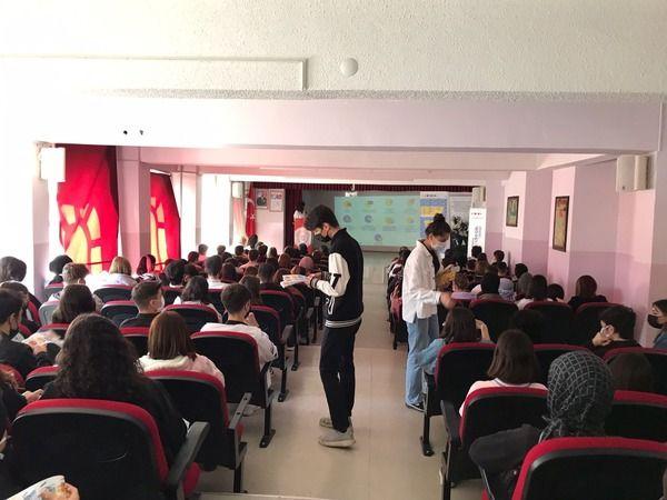 Bursa'da Gürsu Belediyesi, Eurodesk Temas Noktası'yla gençlerin geleceklerine ışık oluyor. İMKB Anadolu Lisesi'nde 350 gence Avrupa Birliği programlar