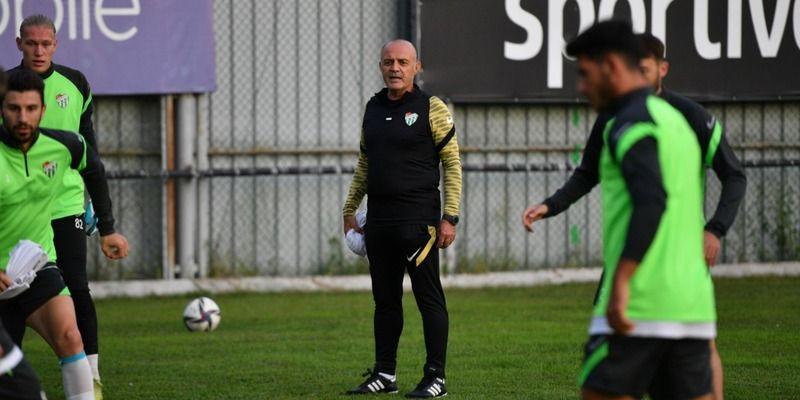 """Bursaspor Teknik Direktörü Özcan Bizati, Kocaeli kampında yaptığı açıklamada, ortak bir takım dili oluşturmaya çalıştıklarını vurgulayarak, """"Takımdaşl"""