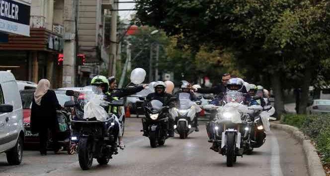 Bursa'da motosiklet tutkunu olan Bahar ve Burak çifti, nikahlarına da motosiklet konvoyuyla gitti. Düğün konvoyunu görenler bir daha dönüp baktı.