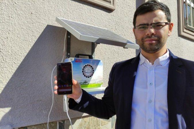 Bursa'da meslekî eğitim merkezi öğretmeni, öğrencileri için sokakta telefonların şarj sıkıntısını bitirecek proje yaptı. Çok beğenilen proje için her