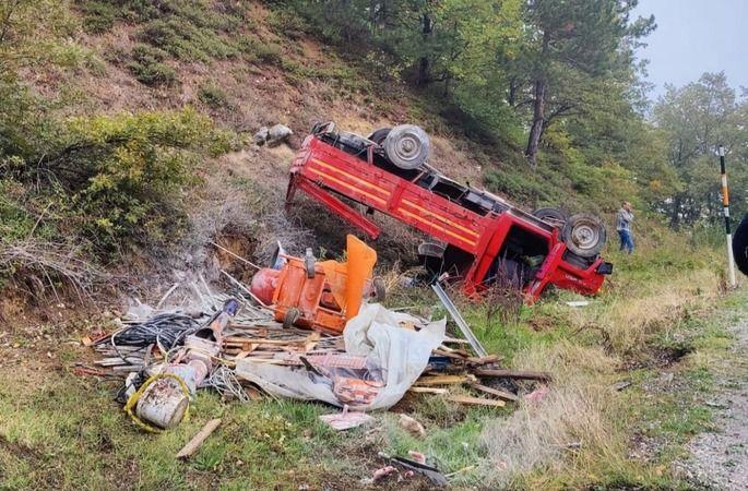 Bursa'nın İnegöl-Domaniç yolu üzerinde meydana gelen kazada freni patlayan kamyonet şarampole yuvarlandı, 3 kişi yaralandı.