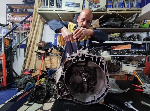 Nilüfer Küçük Sanayi Sitesi'nde uzun yıllardır oto tamir işi yapan Bursalı Kenan Günel (60), geliştirdiği sistemle, arızaları parçaları değiştirmek ye