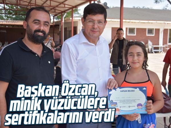 Başkan Özcan, minik yüzücülere sertifikalarını verdi
