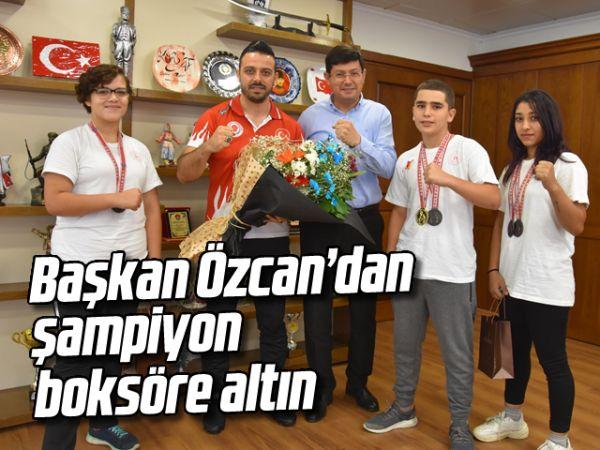 Başkan Özcan'dan şampiyon boksöre altın