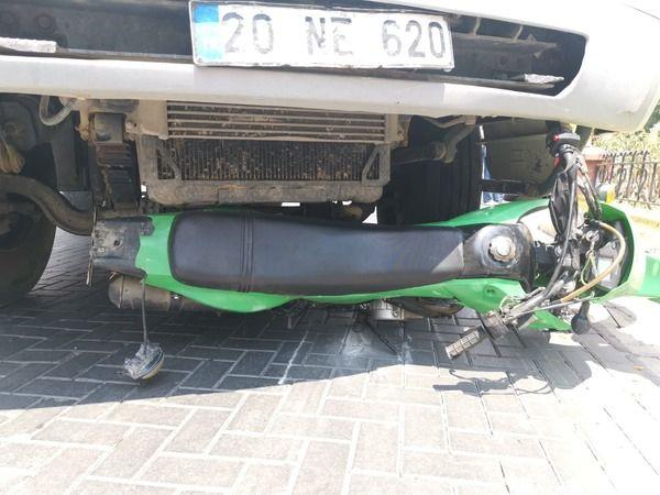 Motosiklet kamyonun altında kaldı, 1 yaralı