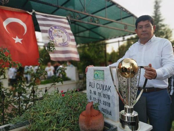 Şampiyonluk kupası hayatını kaybeden emektarla buluştu