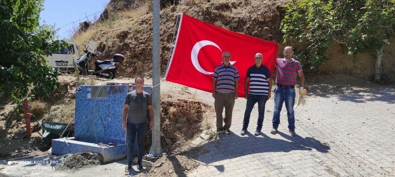 '15 mahallemize dev Türk bayrağı diktik'