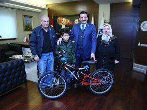 Mustafa Ak; Bir Hayalim Var Projesi ile bu hafta Yunus Emre Babayiğit'in bisiklet hayalini gerçekleştirdi