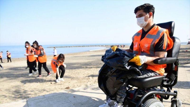 Kumsalda ders gören öğrenciler teneffüste çöp topladı