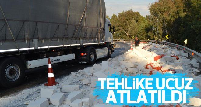 TIR'dan düşen beton bloklar yola saçıldı