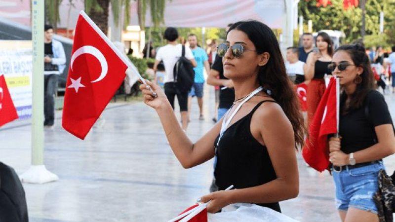 Aydın Ahbap gönüllüleri bayrak dağıttı