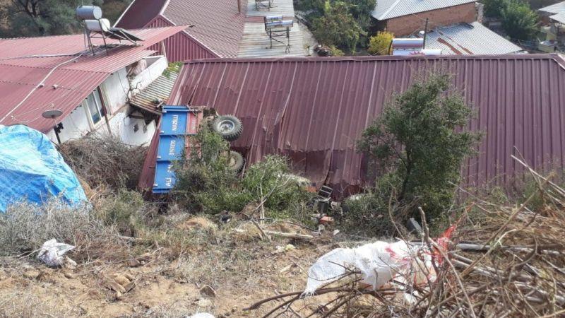 Aydın'da traktör evin çatısına devrildi