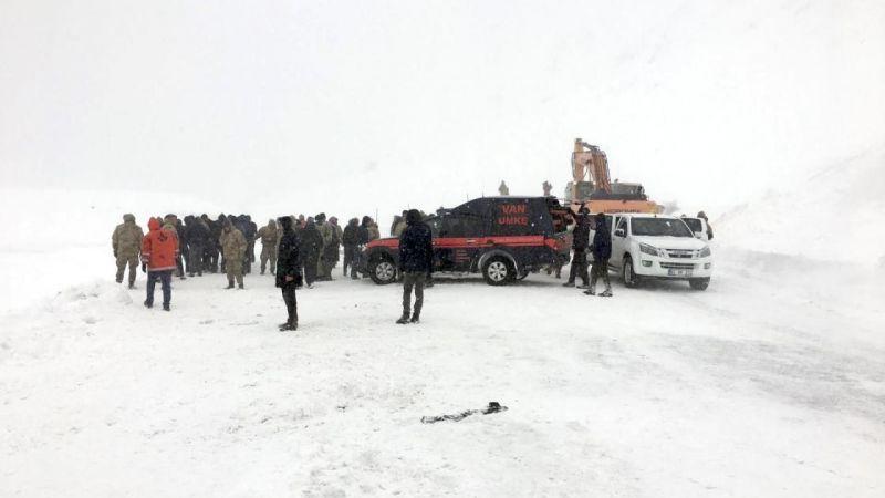 Van'da çığ altındakileri arayan ekiplerin üzerine çığ düştü