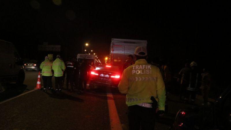 Park halindeki tıra çarpan otomobilin sürücüsü öldü