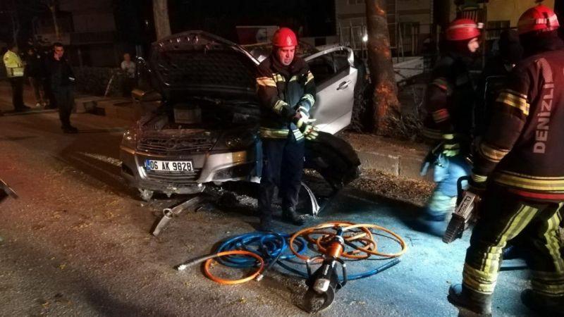 Denizli'de ağaca çarpan otomobildeki hamile kadın öldü, 5 kişi yaralandı