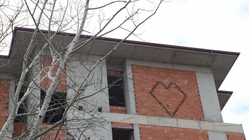 İnşaat ustası, nişanlısına sevgisini kalp deseniyle ördüğü duvarla gösterdi