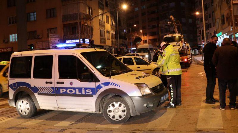 Denizli'de otomobilin polis aracına çarpması sonucu 2'si polis 3 kişi yaralandı