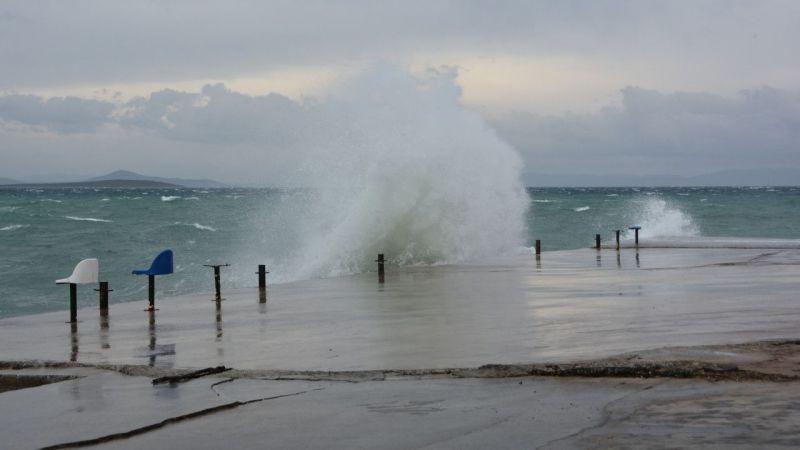 Didim'de fırtına nedeniyle balıkçılar denize açılamadı