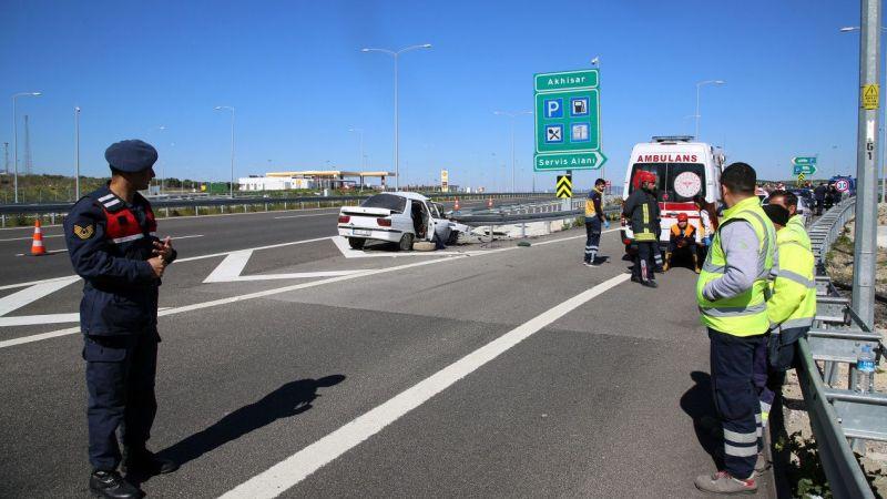 Otomobil bariyerlere çarptı: 3 ölü, 1 ağır yaralı