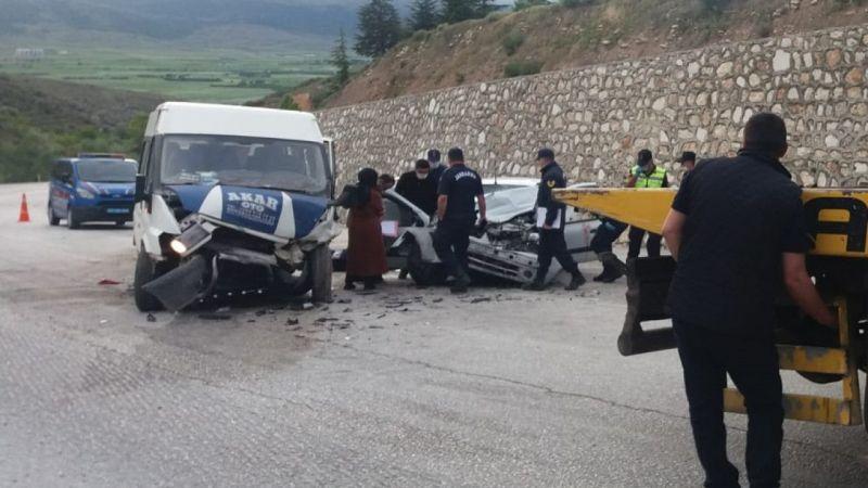 Minibüsle otomobil çarpıştı: 2 ölü, 8 yaralı