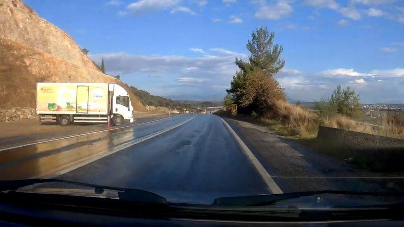 Aydın'da kamyonun yolda kayması, kameraya yansıdı