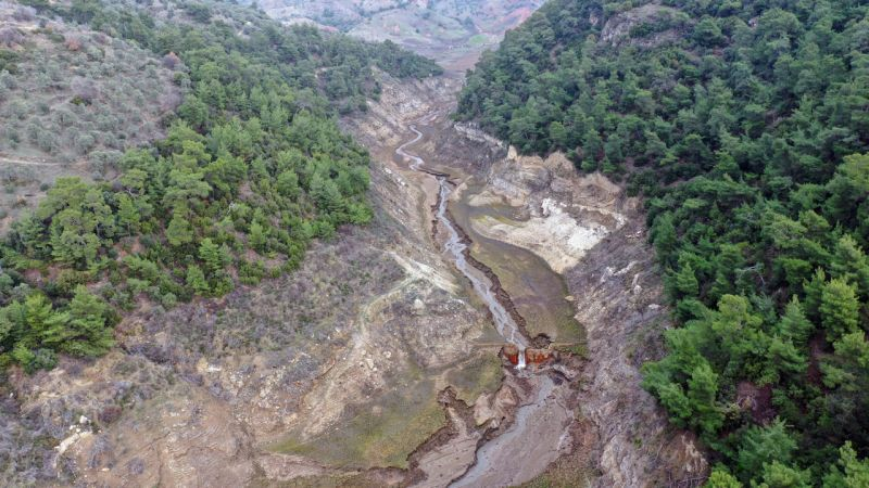 Aydın'da barajın suyu çekildi