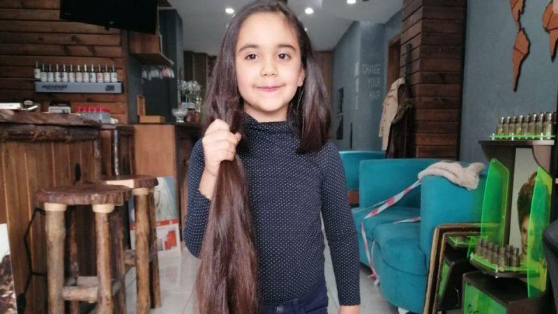 Zeynep hiç kestirmediği saçlarını bağışladı
