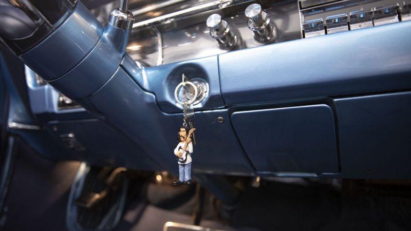 Barış Manço hayranlığını, Manço'nun klasik otomobilinde yaşatıyor
