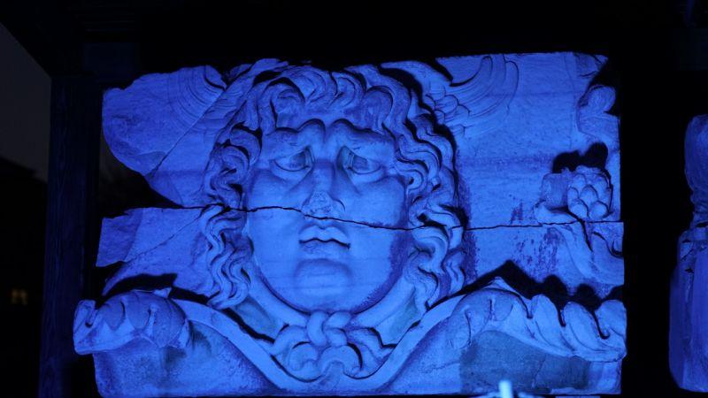 Apollon Tapınağı otizme dikkat çekmek için mavi renkte ışıklandırıldı