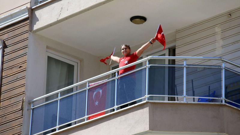 Aydın'da 23 Nisan balkonlardan kutlandı