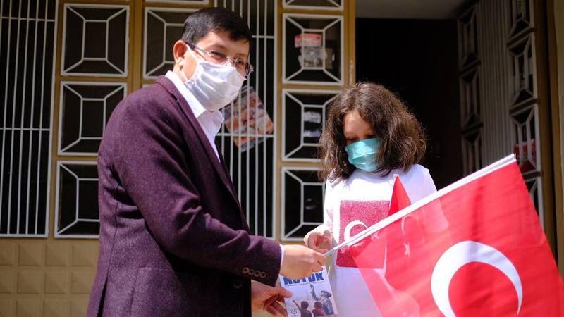 Nazilli Belediye Başkanı Kürşat Engin Özcan 5000 adet nutuk dağıttı