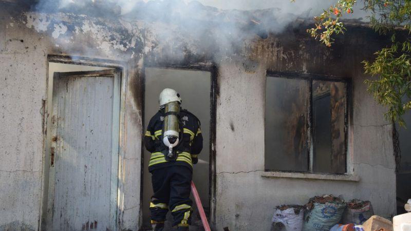 Aydın'da metruk evde çıkan yangın söndürüldü