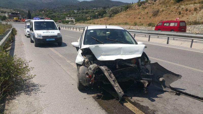 Söke'de bariyerlere çarpan otomobilin sürücüsü yaralandı