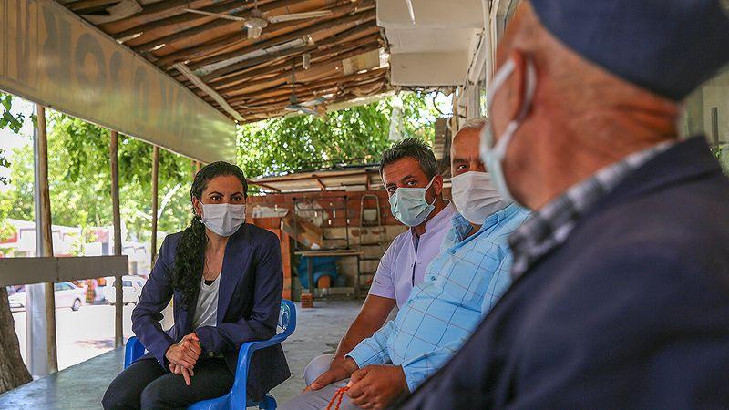 Eski Karacasu kaymakamı Diyarbakır'da Kürtçe öğrenip vatandaşları aşı olmaya ikna ediyor