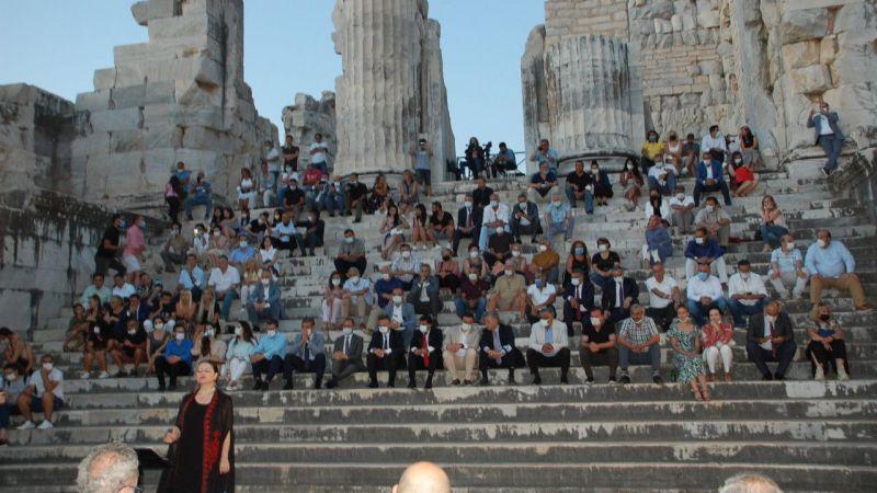 İzmir Devlet Türk Dünyası Dans ve Müzik Topluluğu, Apollon Tapınağı'nda konser verdi