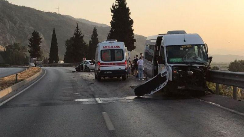 Aydın'da Ukraynalı turistleri taşıyan minibüsle otomobil çarpıştı: 8 yaralı
