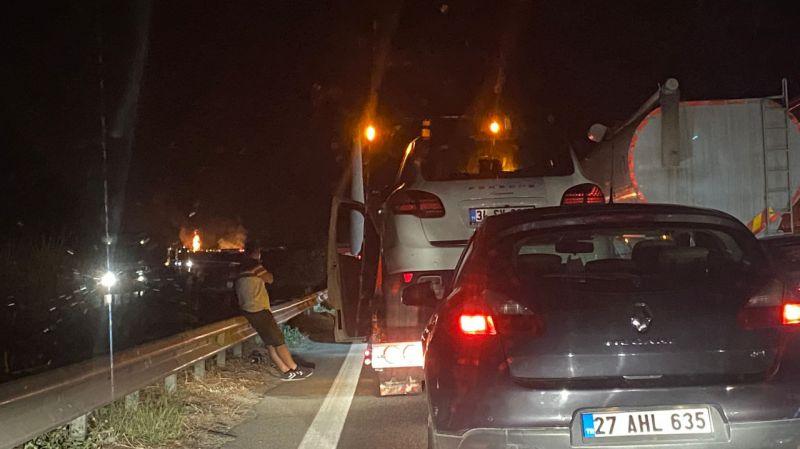 Kaza yaptıktan sonra yanan tırın sürücüsü öldü