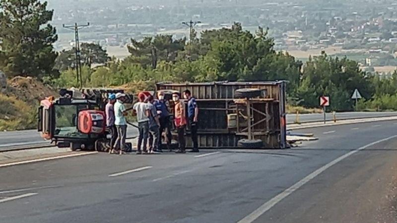 Traktör devrildi: 2 kişi..