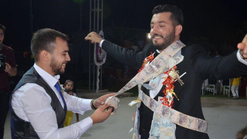 Aydın'da damada 60 metre uzunluğunda 5 liralık banknotlar takıldı