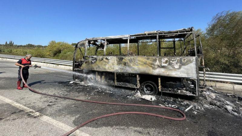 Aydın'da turistleri taşıyan midibüs yandı