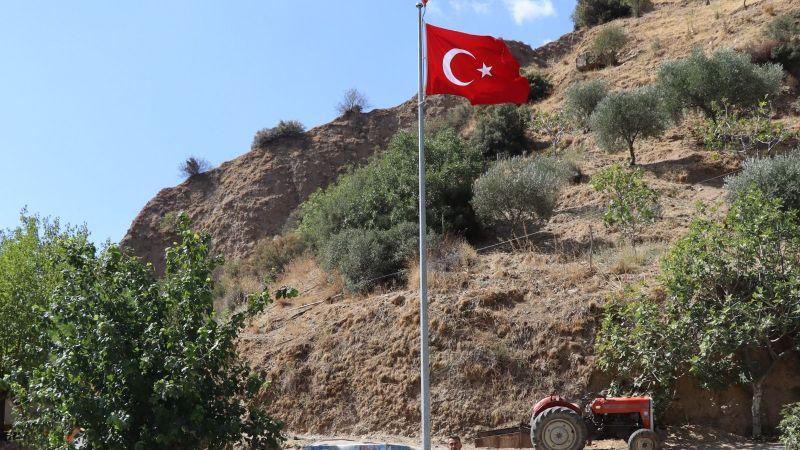 """Başkan Özcan; """"15 mahallemize dev Türk bayrağı diktik"""""""